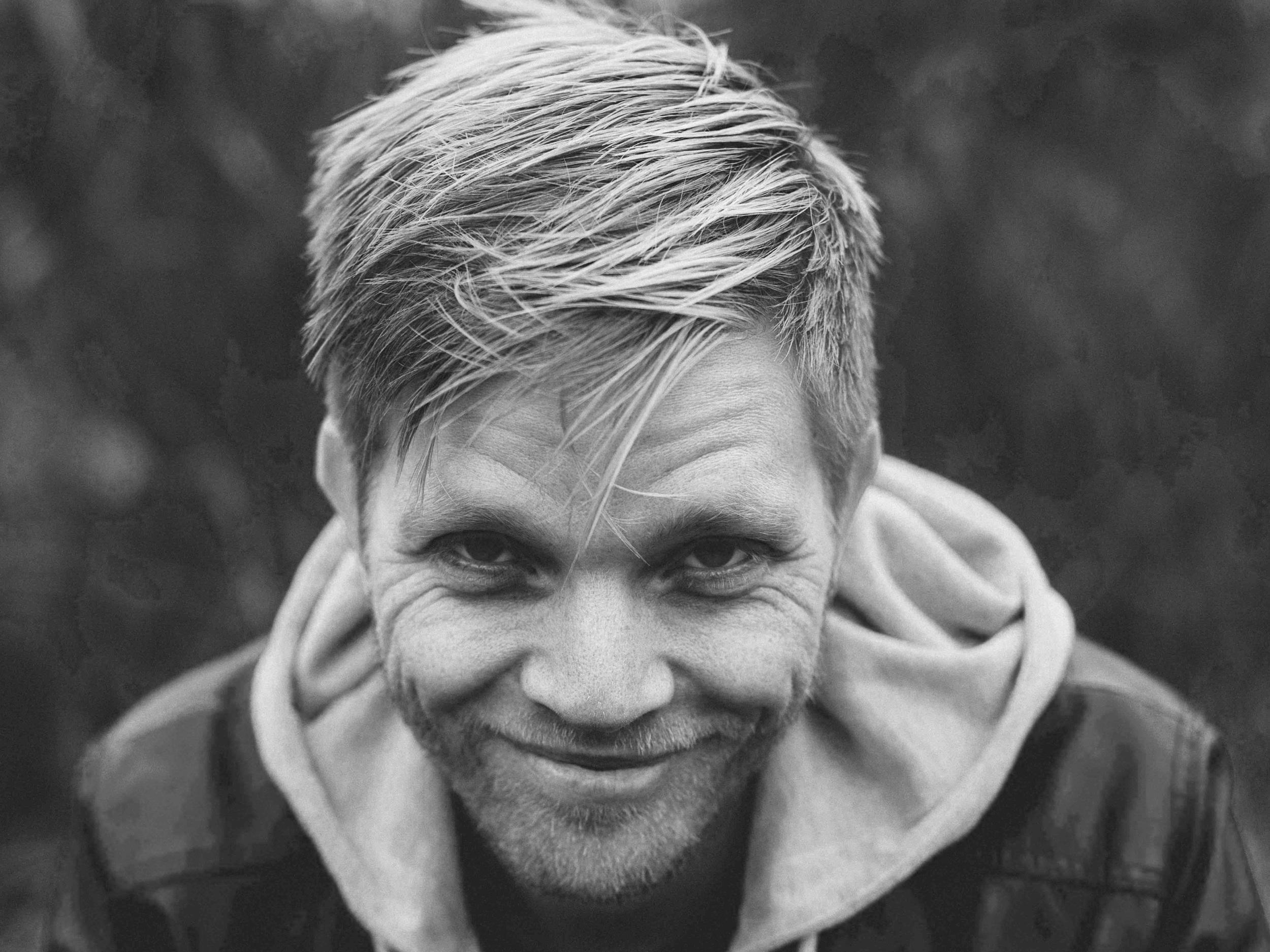 """Jostein Hasselgård - fullførte sitt studie ved jazzlinja på NMH i 2006. Samme år gav han ut soloalbumet «A few words». Han synger i vokalgruppa PUST, som med sine 5 kritikerroste album og turneer i inn- og utland er en av de ledende i sitt slag i Norge. Jostein har vært med på større TV-produksjoner som Julemorgen, Beat for Beat og Eurovision, har deltatt på flere turneer i """"Den Kulturelle Skolesekken"""", """"Den Kulturelle Spaserstokken"""" og vært artist på show som """"Jul i Barne-TV"""" med bl.a. KORK, Espen Grjotheim og Benedikte Kruse. Han er en allsidig artist og har og jobber nå som musiker, korleder, seminarholder, sanglærer, pianist, arrangør og komponist ved siden av å være ansatt på OsloMet som musikklærer på barnehageutdanningen."""