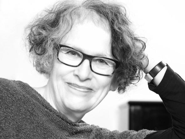 Åslaug Berre - er musikkpedagog/musikkformidler med mange års erfaring. Hun har vært pianolærer, kordirigent og musikkpedagog i musikkbarnehage og skole. Åslaug har jobbet som produsent og musiker i Rikskonsertenes skolekonserter. Der satte hun også i gang konserter for førskolebarn. Åslaug også vært programskaper i NRK, blant annet med Triola da gamba og Barnetimen for de minste. På Norges Musikkhøgskole underviste hun i musikkformidling, og for Musikk i skolen holdt hun en rekke musikkurs for pedagoger i barnehage og skole. Åslaug har gitt ut flere bøker og CDer og var med å starte foreningen Musikk fra livets begynnelse i Norge. Siden 2000 har hun drevet sin egen virksomhet - Musikk og Utvikling - hvor musikkgrupper for voksne og barn sammen er bærebjelken.