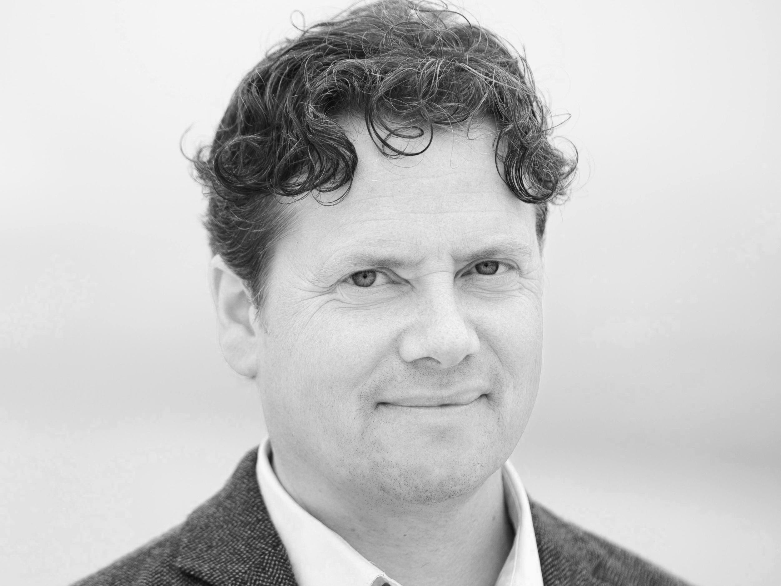 Geir Olve Skeie - er nevrolog, PhD, overlege ved Nevrologisk avdeling, Haukeland universitetssjukehus, og professor II ved Griegakademiet, hvor han underviser om musikk og hjernen. Han er i tillegg utdannet pianist fra Griegakademiet i Bergen, der han studerte med Jiri Hlinka. Skeie har over 100 internasjonale publikasjoner, og har blant annet forsket på musikkens påvirkning på hjernen og bruk av musikk ved Parkinsons sykdom og hjerneskader.