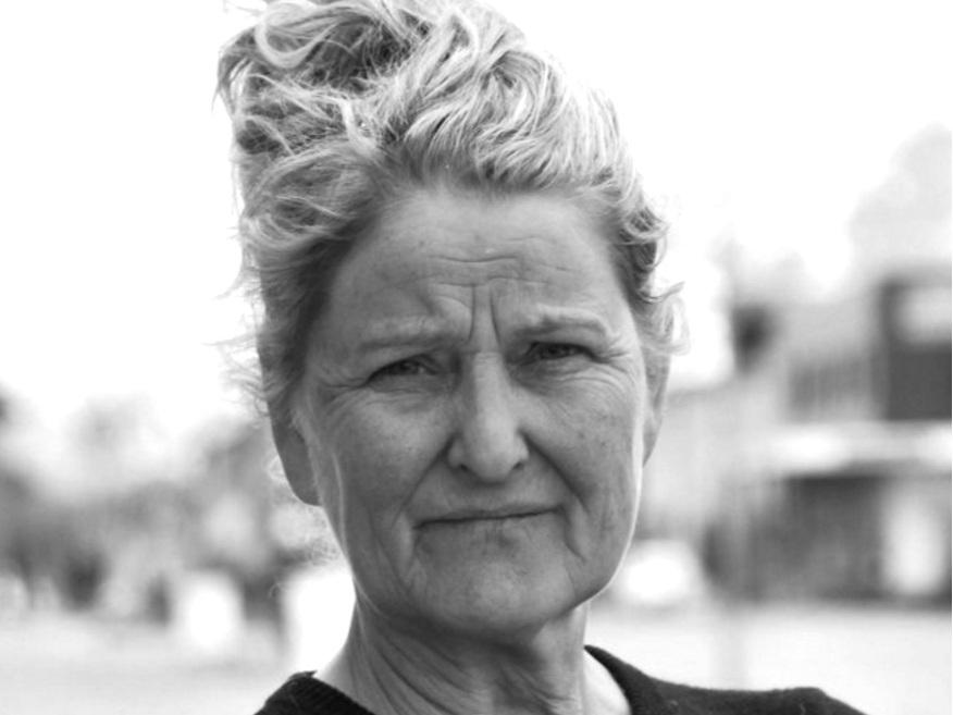 Aaslaug Vaa - er utdannet agronom, lærer og cand. philol. med fagkretsen filosofi, historie og kunsthistorie. Hun var kultur- og kinosjef i Åsnes kommune 1981-86 og fylkeskultursjef i Nordland 1986-2008. Siden 2010 har hun etablert kulturnæringsbedriften Villa Lofoten, og her produseres det også film. Aaslaug Vaa debuterte som regissør med dokumentarfilmen Kvar song ei soge i 2016. Filmen ble nominert til Amanda for beste dokumentar samme år.