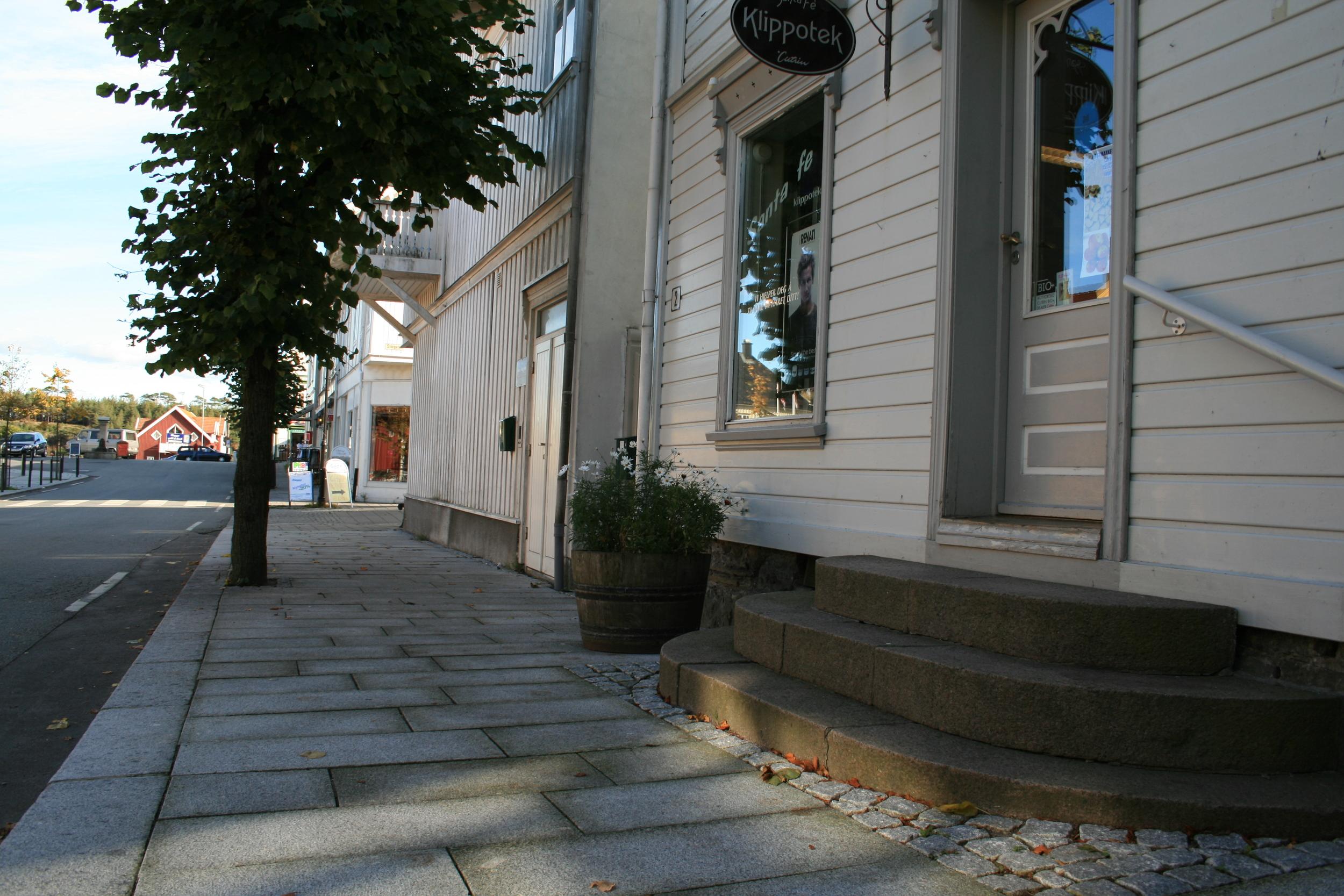 Fortauene er enkle, solide og kler småbyen Langesund