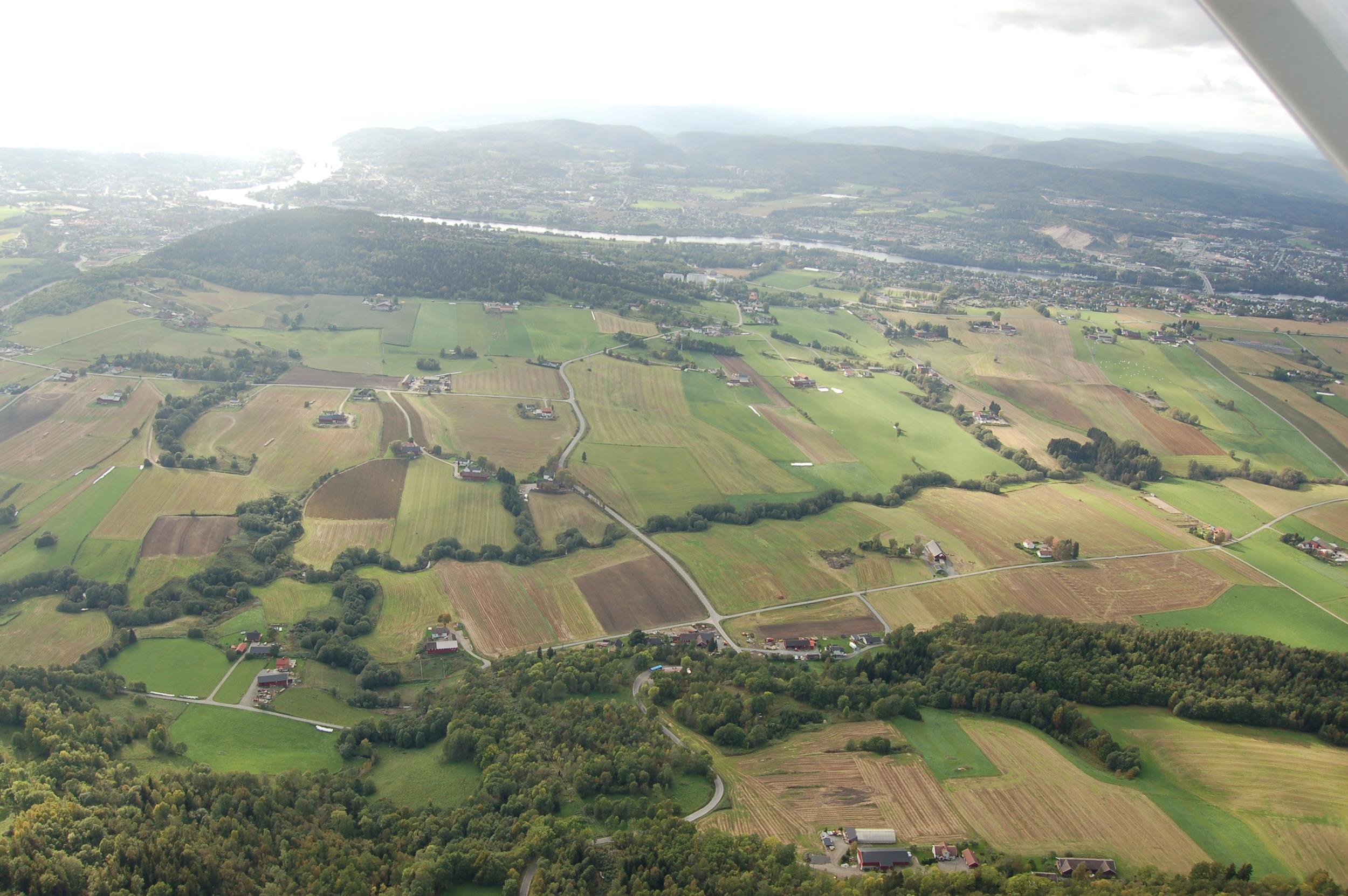 Leirkupelva slynger seg nedover Gjerpensdalen som en blå/grønn buktende streng.