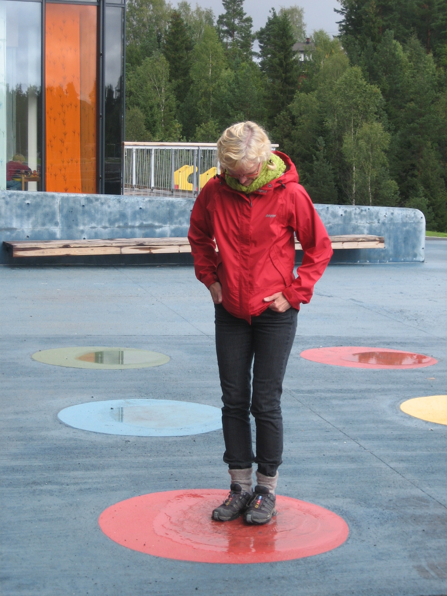 Farget betong med innfelte vanndammer utgjør lekeelementer på skoleplassen