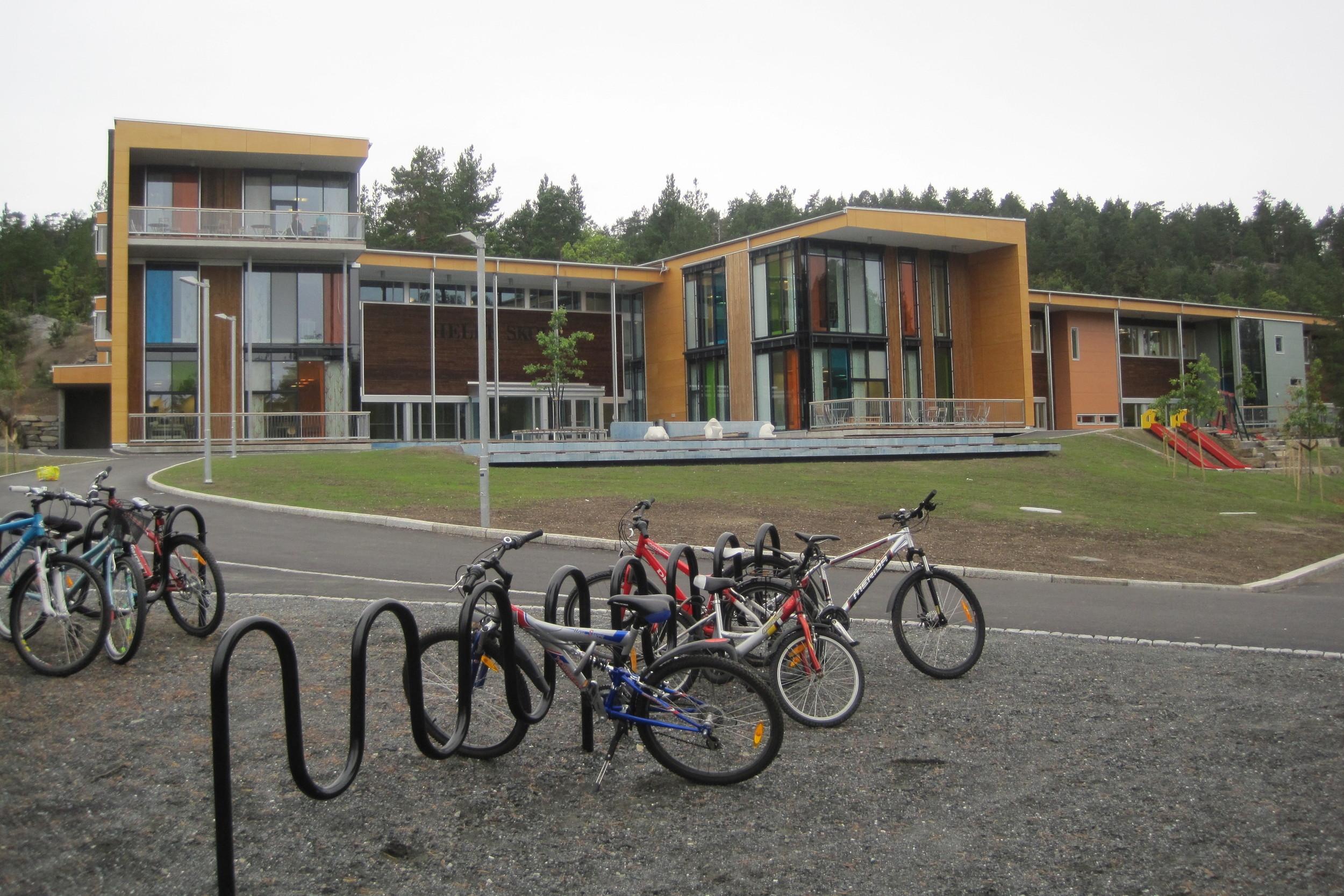Skolebygget med atkomst mot den blå betongflata