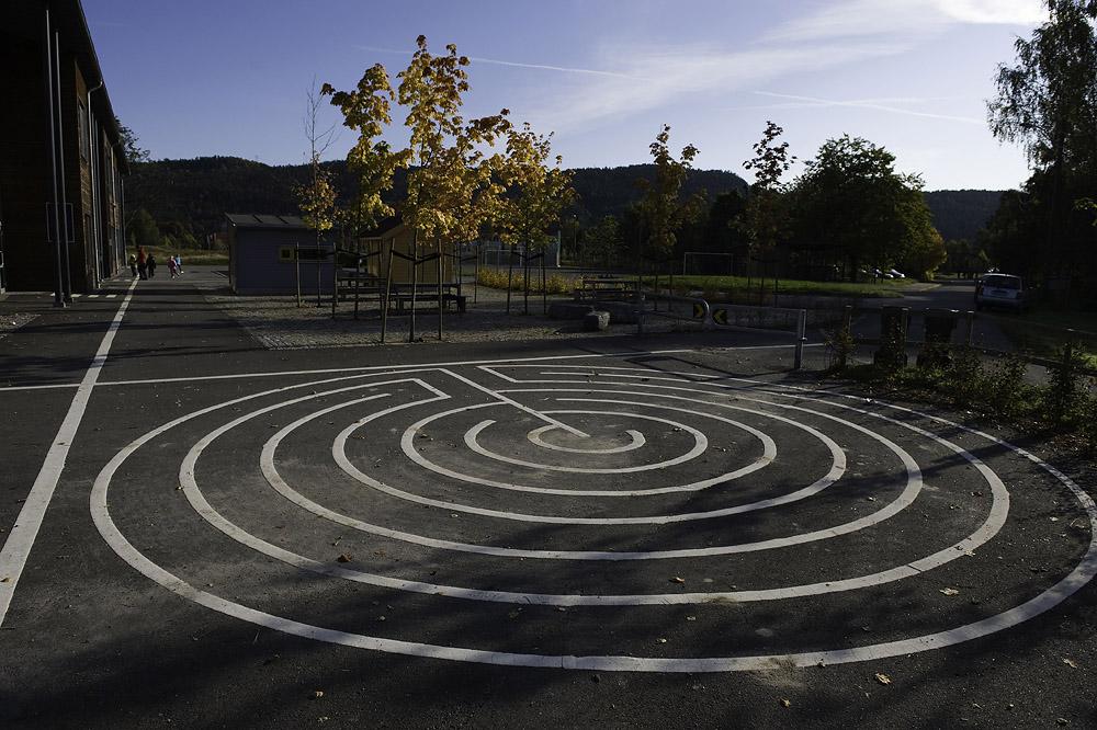 Mønster malt på asfalt; til lek og som ledelinjer (foto: Dag Jenssen)