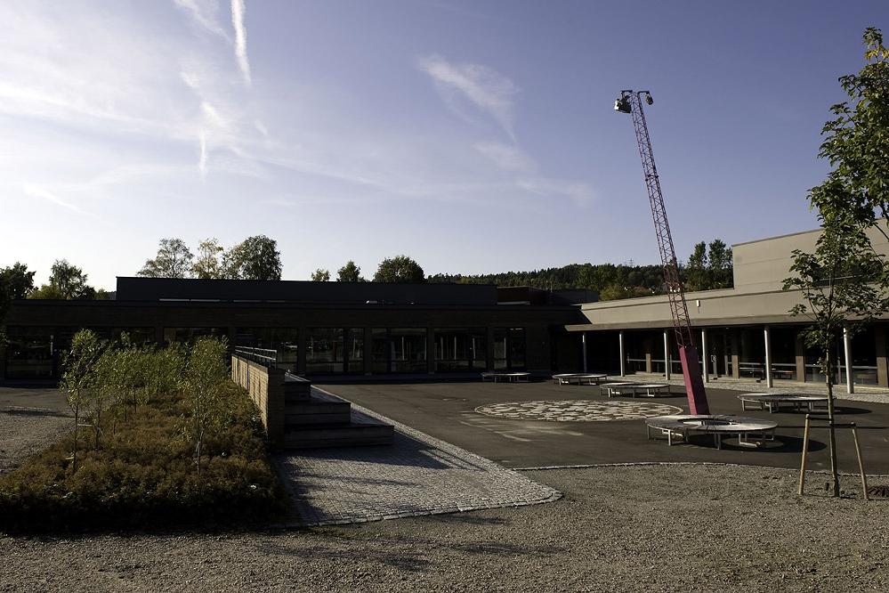 Amfiet avgrenser forplassen. Runde benker og utsmykking i flata Foto: Dag Jenssen