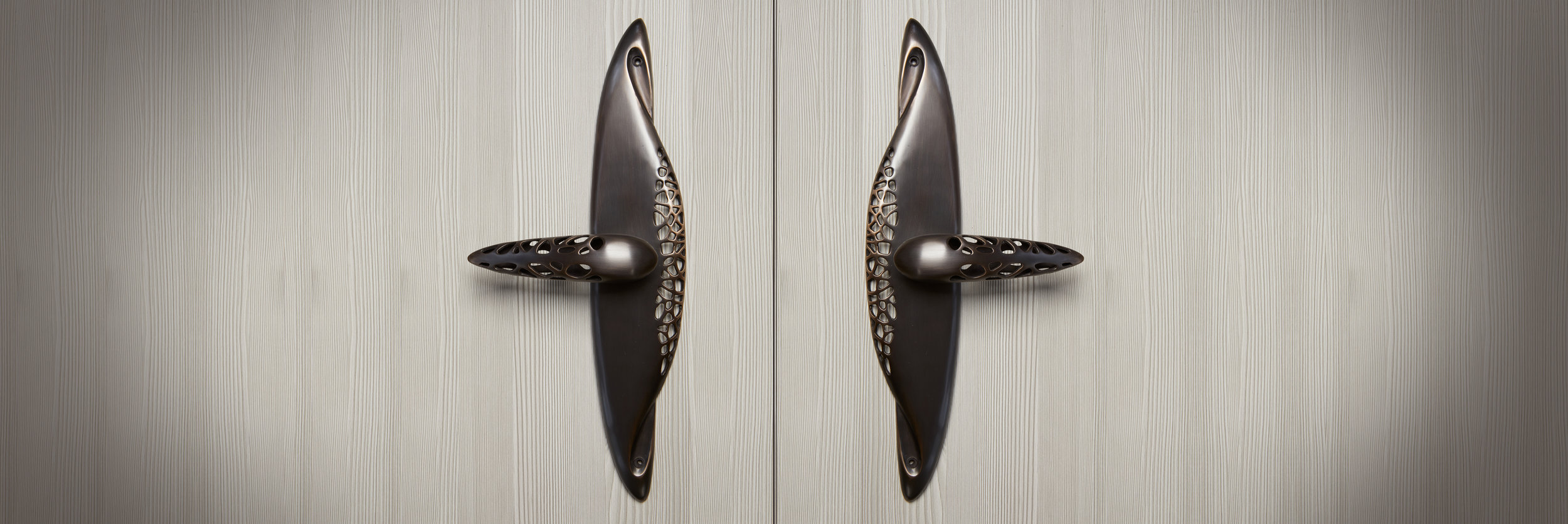 MODERN ENTRY HANDLE    Charred bronze    MORPHIC HARDWARE