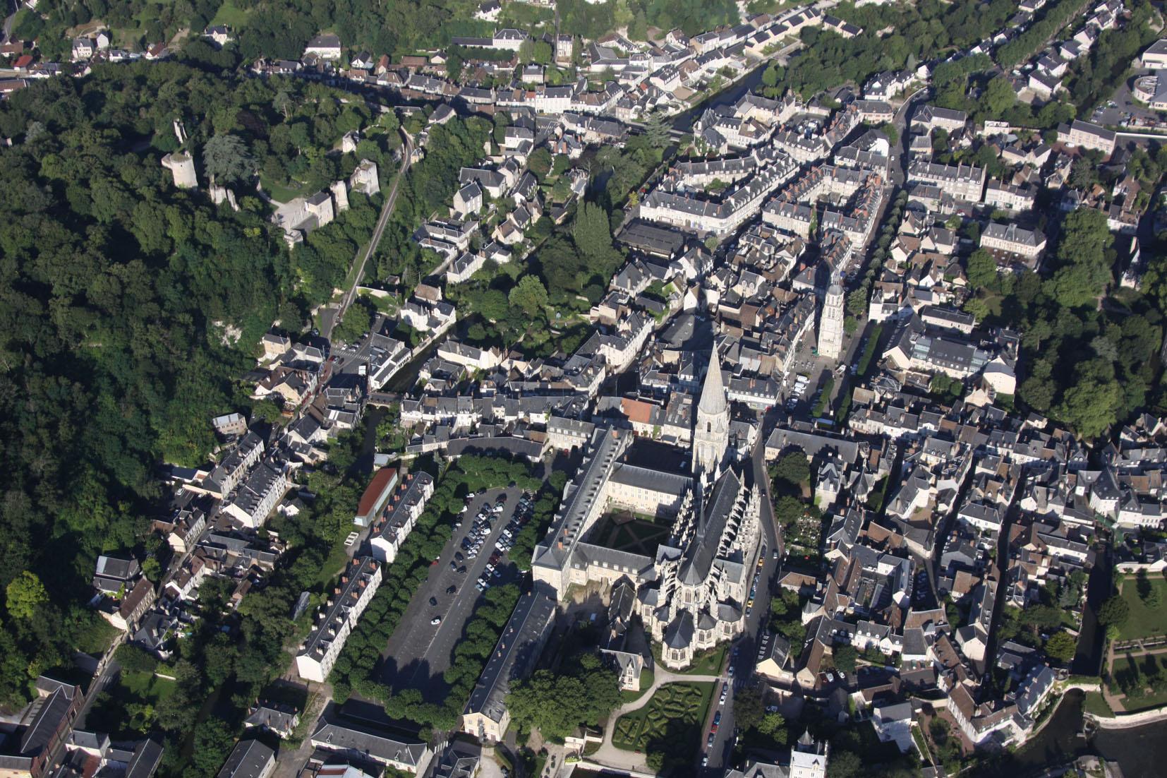 Le réaménagement du quartier Rochambeau procède d'une démarche particulière par son histoire, sa place dans la ville, sa proximité avec le Loir. Le site est une ancienne caserne militaire implantée au pied de l'Abbaye de la Trinité dont il a constitué le jardin à l'époque médiévale.  Outre, la valorisation d'un site d'exception, l'enjeu est de réinscrire les 4 ha du site dans la trame urbaine et paysagère. Pour cela notre proposition organise :  - la création d'un parvis au bâtiment « régence » se déroulant jusqu'au Loir  - l'aménagement de deux cours Est/Ouest pour la desserte (piétons/VL) du site, reliant entrée de ville et centre-ville  - la valorisation des porosités paysagères Nord/Sud entre coteau et rivière  - la transformation des berges du Loir en lieu de promenade et de loisirs.