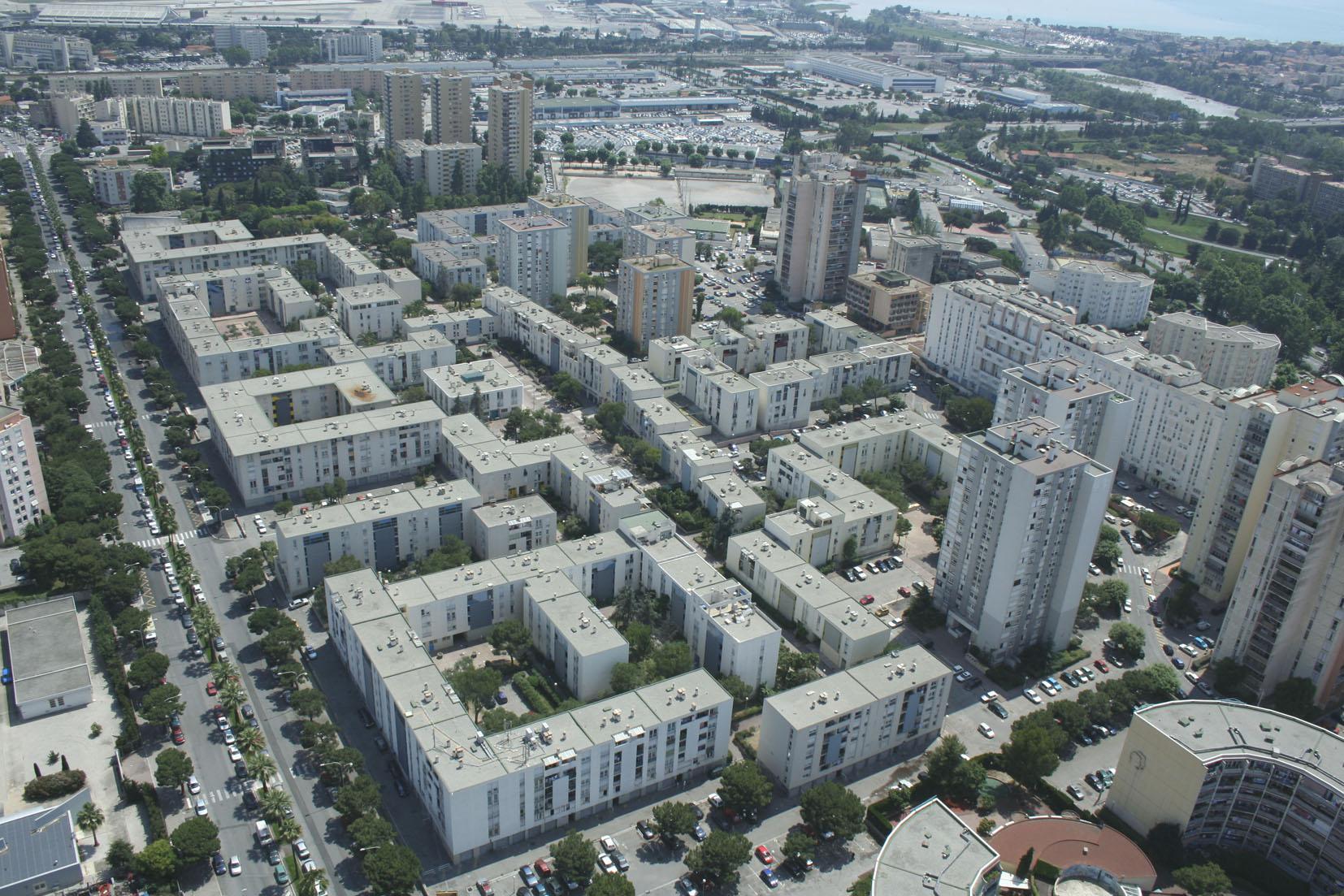 Bien que situé en entrée de Métropole, à l'embouchure du Var, le quartier des Moulins a longtemps été mis à l'écart des réflexions. Au delà du désenclavement de ce macro-îlot en bord d'infrastructures régionales, de l'amélioration du cadre de vie des habitants et la redynamisation de l'offre commerciale, l'enjeu pour nous est aussi de ré-inscrire le quartier des Moulins dans la nouvelle dynamique urbaine et paysagère de la Plaine du Var (initiée avec les opérations Méridia, Plaine des sports et Grand Arénas).  Notre proposition vise notamment à retrouver des porosités paysagères entre les collines Niçoises et la rivière. Elle affirme aussi l'ouverture du quartier sur les axes de cohérence qui l'entourent :  - à l'échelle municipale par l'organisation d'une polarité commerciale en entrée de quartier en lien avec la nouvelle station de tramway et le réaménagement des rez de chaussée du boulevard Montel,  - à l'échelle régionale par l'intensification à long terme de la façade avenue de Grenoble (création de 40 000m2) d'activités.  A l'échelle de l'habitant , la trame urbaine organise équipements, service et parcours selon le principe d'un « quartier des courtes distances », la programmation vise à une plus grande mixité programmatique et sociale.