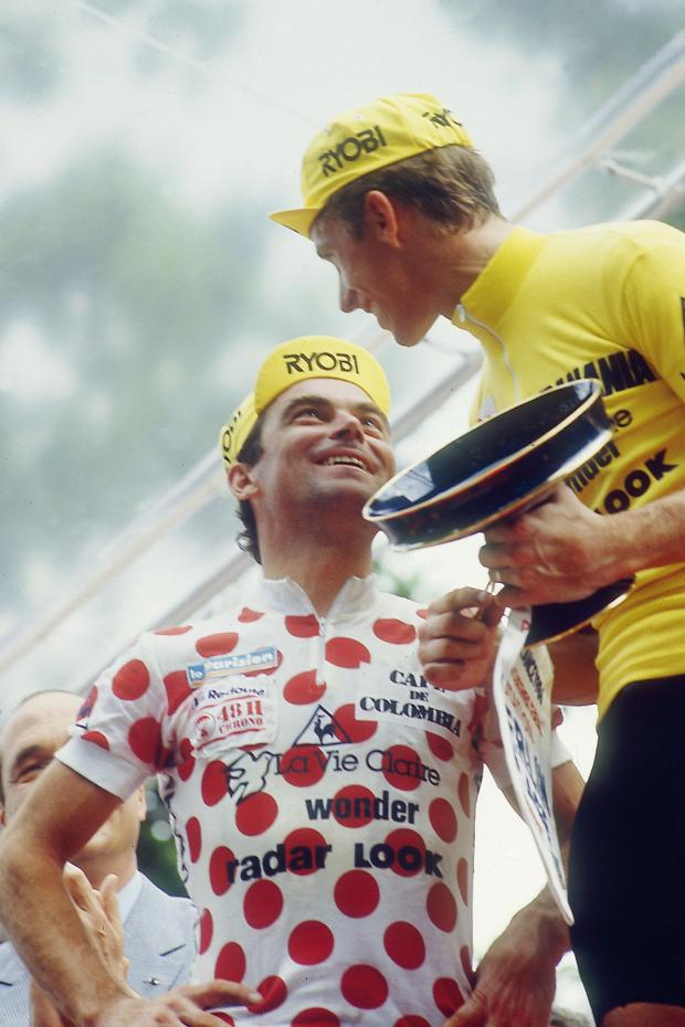 LeMond, right in the  m  aillot jaune ; Hinault, left in the polka dot jersey that designates the King of the Mountains