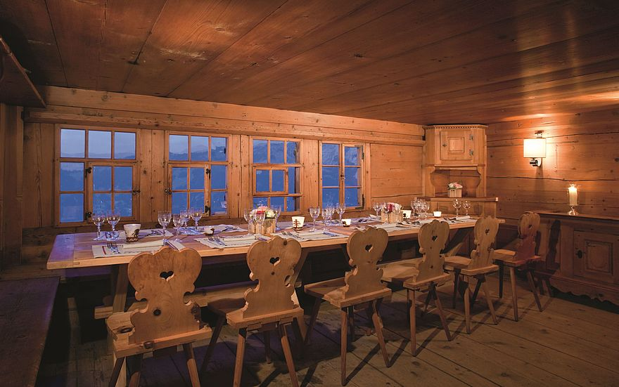 csm_Hotel_Gstaad_Palace_Walig_Hütte_lange_Tafel_ac597293ed.jpg