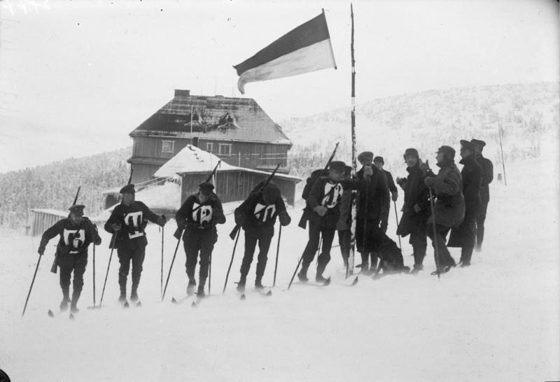 Bundesarchiv_Bild_102-12927,_Riesengebirge,_Reichswehrübung.jpg