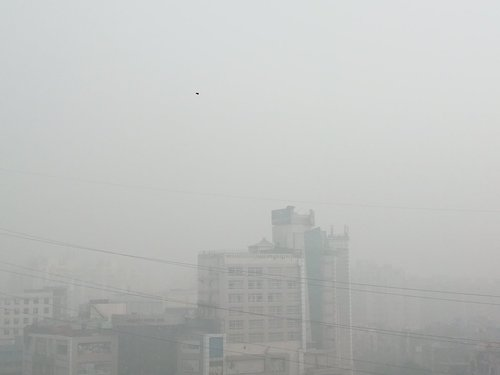 """""""View from my balcony at 11:15 am! Delhi NCR has become a hellhole. #smog""""    (    @BBTheorist    )"""