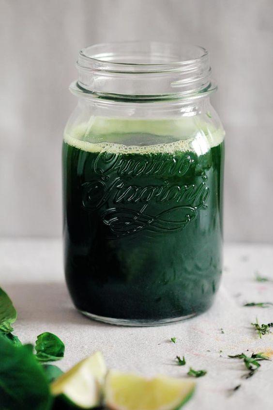 O suco verde é a minha poção. Dependendo de como estou me sentindo, vou combinando verduras, frutas, temperos e ervas pra criar a mistura perfeita