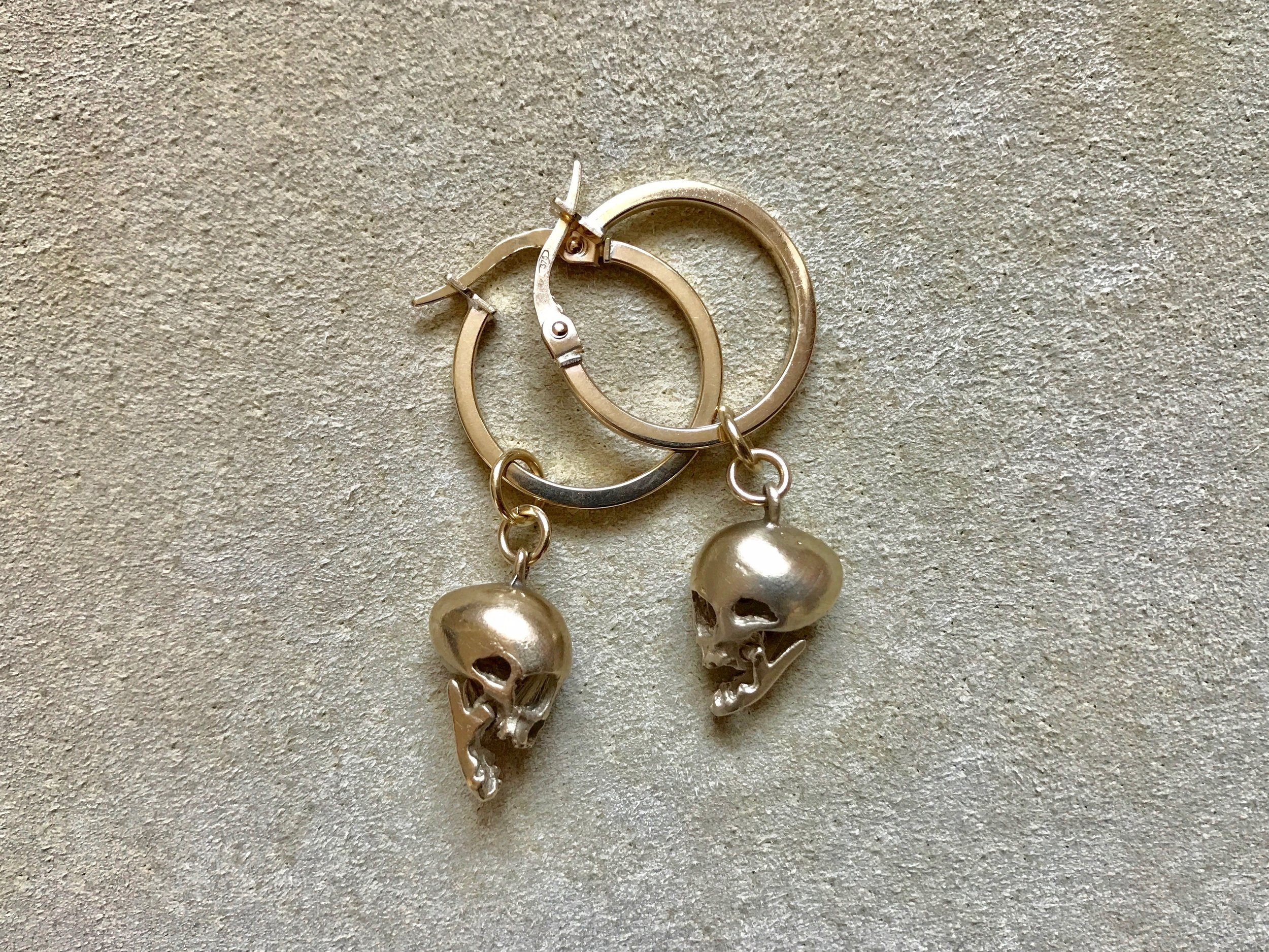 ARTICULATED SKULL PENDANT HOOPS