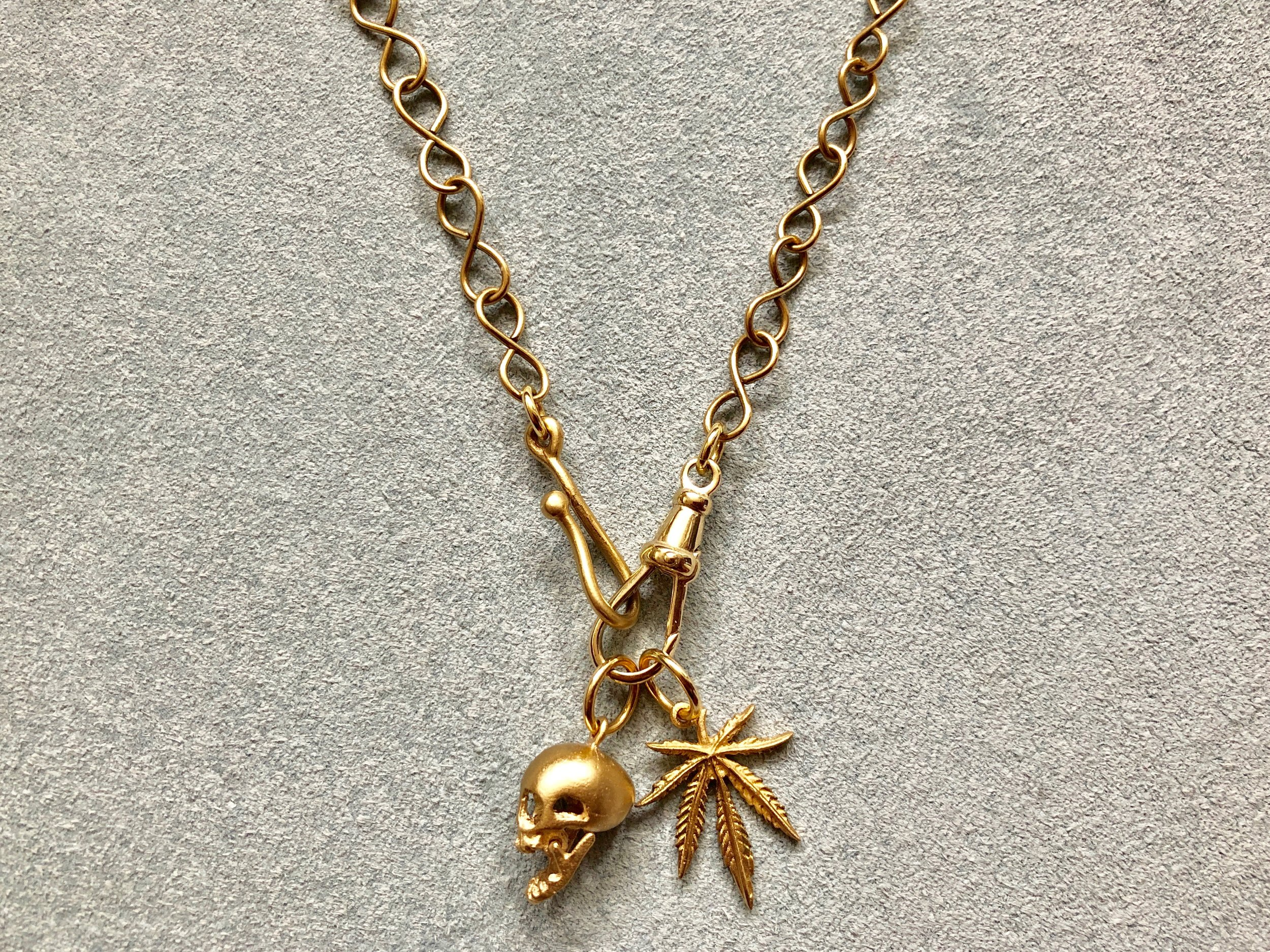 INFINITY CHAIN WITH ARTICULATED SKULL PENDANT AND MARY JANE LEAF