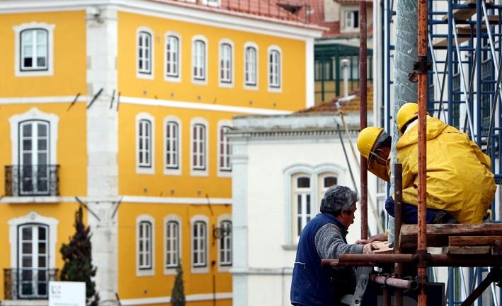 Construtores civis a renovar um edifício no centro histórico de Lisboa (João Cortesão/AFP/Getty Images)