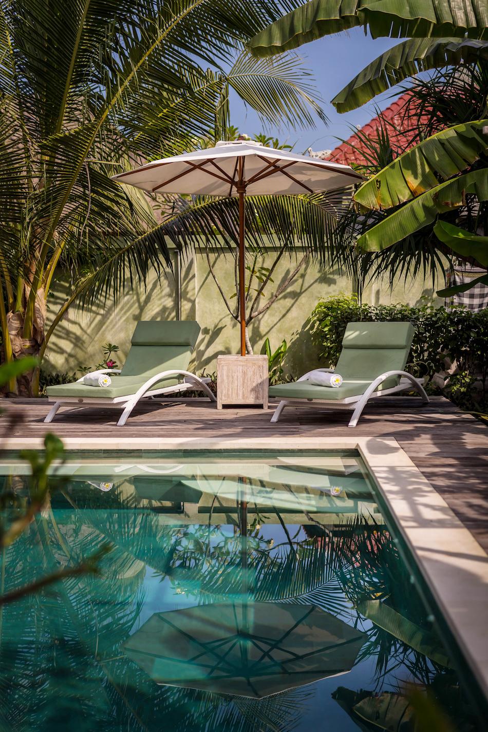 pool_corner_loungers.jpg