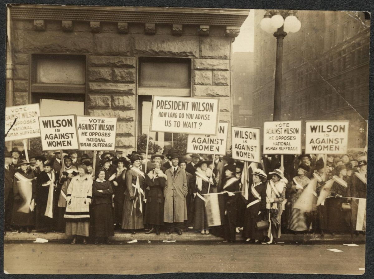 Suffragettes protesting against Woodrow Wilson in Chicago, Illinois. Photograph, 20 October 1916 [ Library of Congress ]
