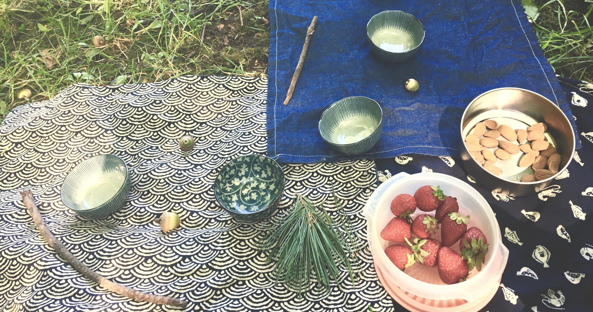 On sert le thé dans de petites coupes posées sur de jolis napperons. Des collations légères nous redonnent l'énergie nécessaire et nos quelques souvenirs de la marche sont exposés comme une collection de trouvailles.