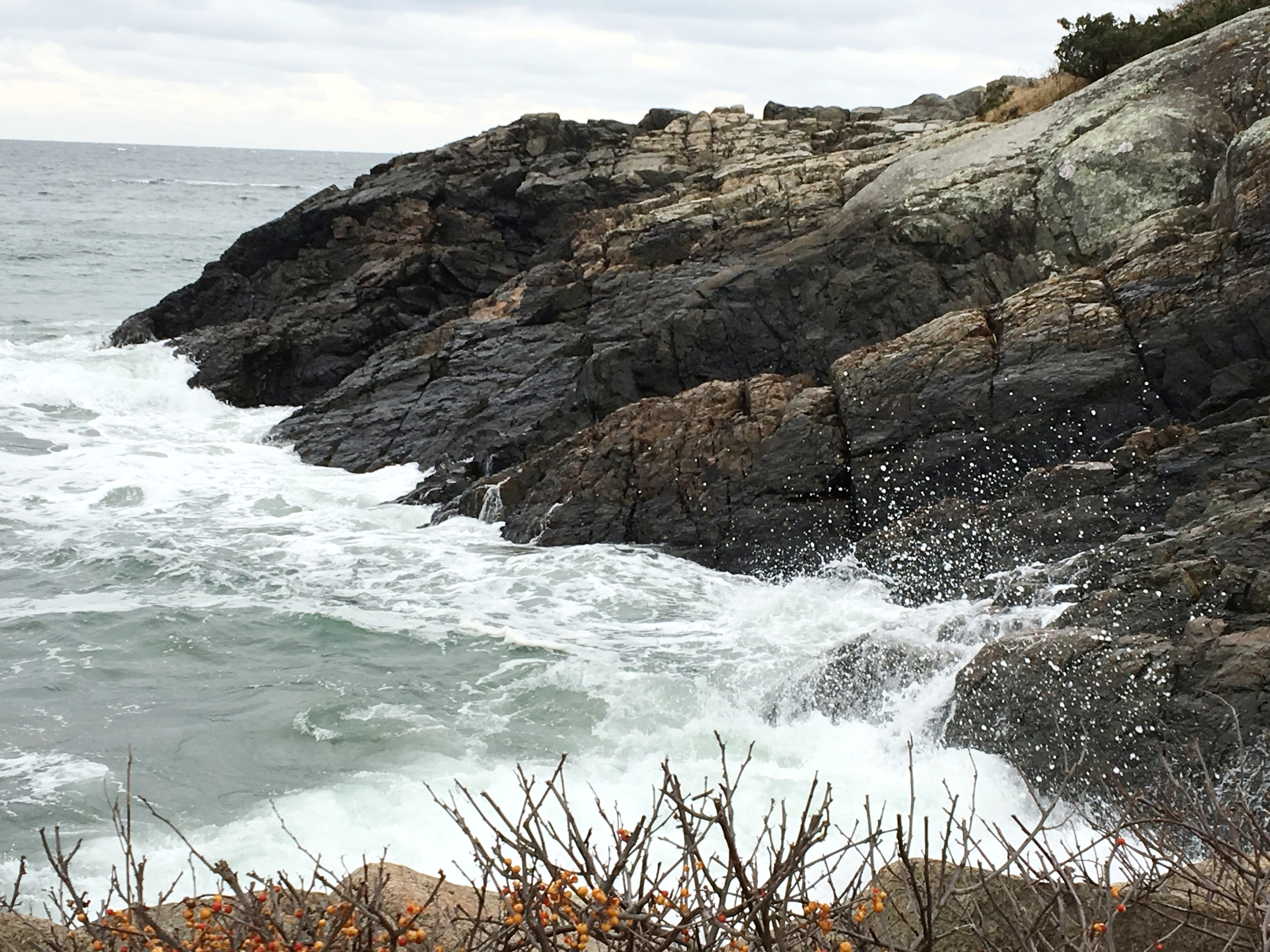 L'état du Maine nous donne un accès facile à la mer à tout moment de l'année. C'est une chance que de pouvoir s'asseoir là et contempler les vagues s'écraser sur les rochers.