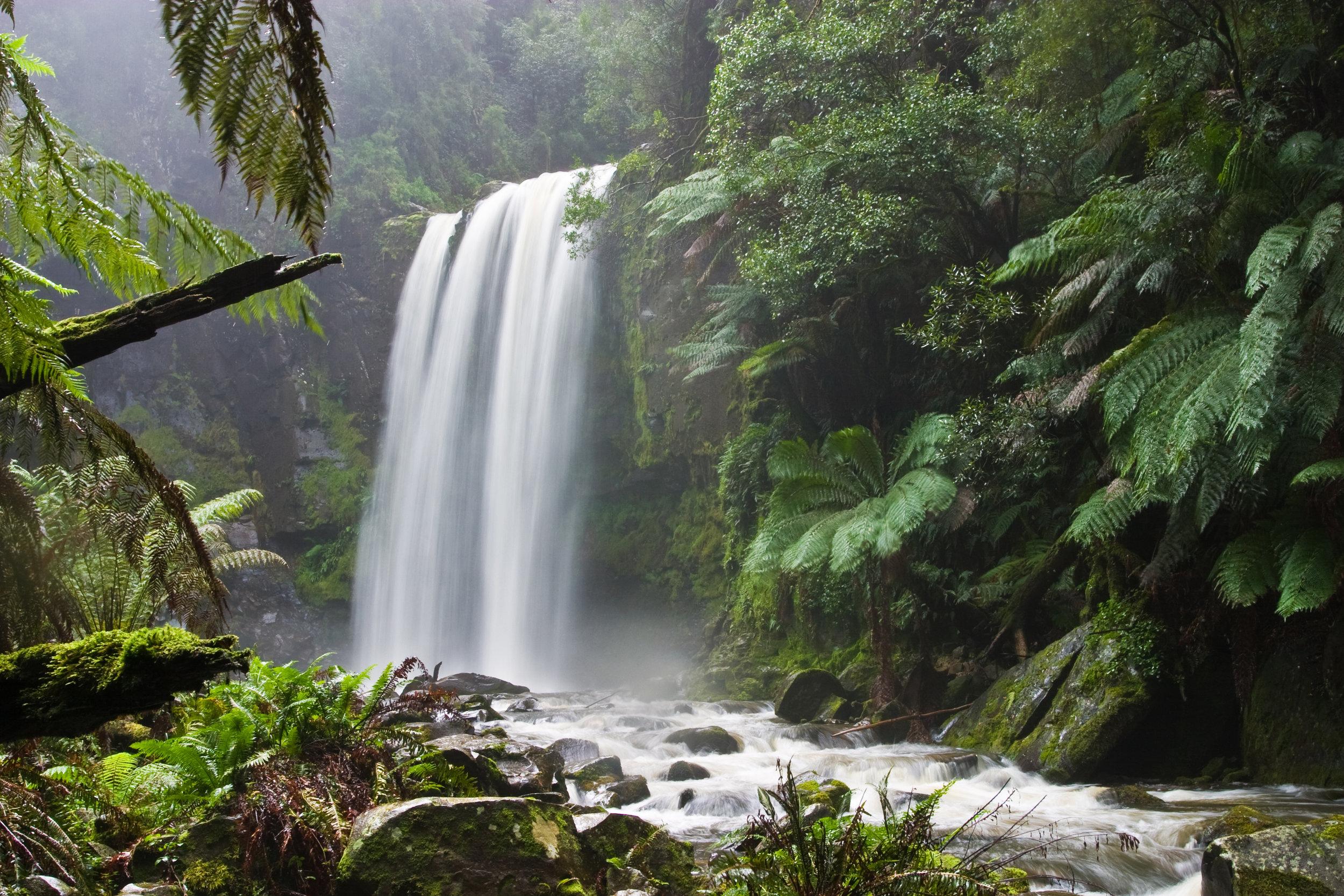 Le son d'une chute ou d'une fontaine crée un bruit de fond en continu qui favorise grandement la concentration.