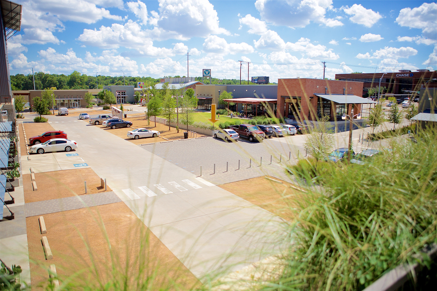 Sylvan Thirty - Honor AwardWith a natural topography evoking native Blackland Prairie of North Texas, Sylvan Thirty's terraced and sloping site encourages pedestrian activity at the central green, the shaded pedestrian spine, and along the perimeter streets.