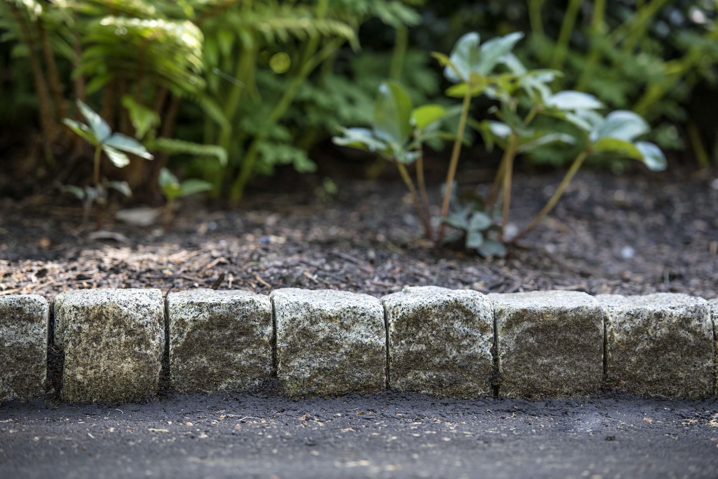vertical-granite-cobble-curb