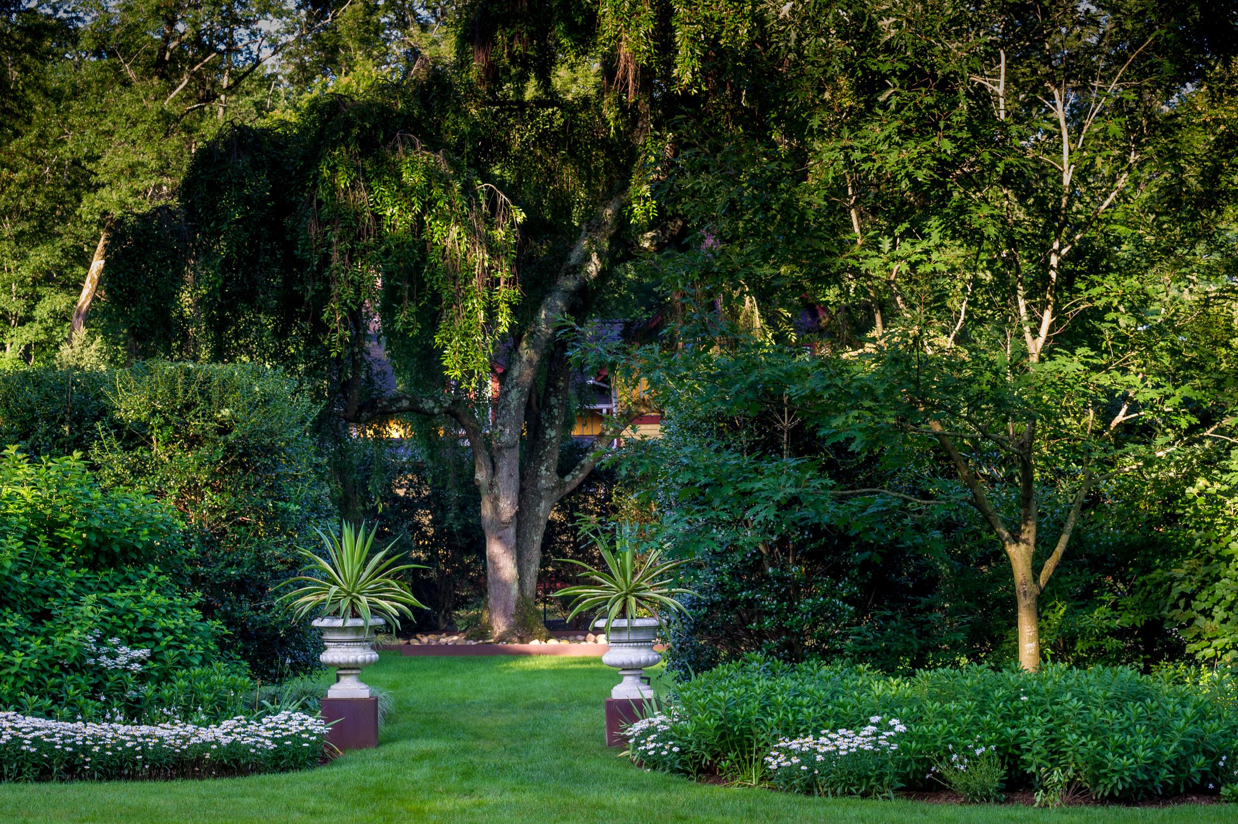 Garden urns in semi-formal setting