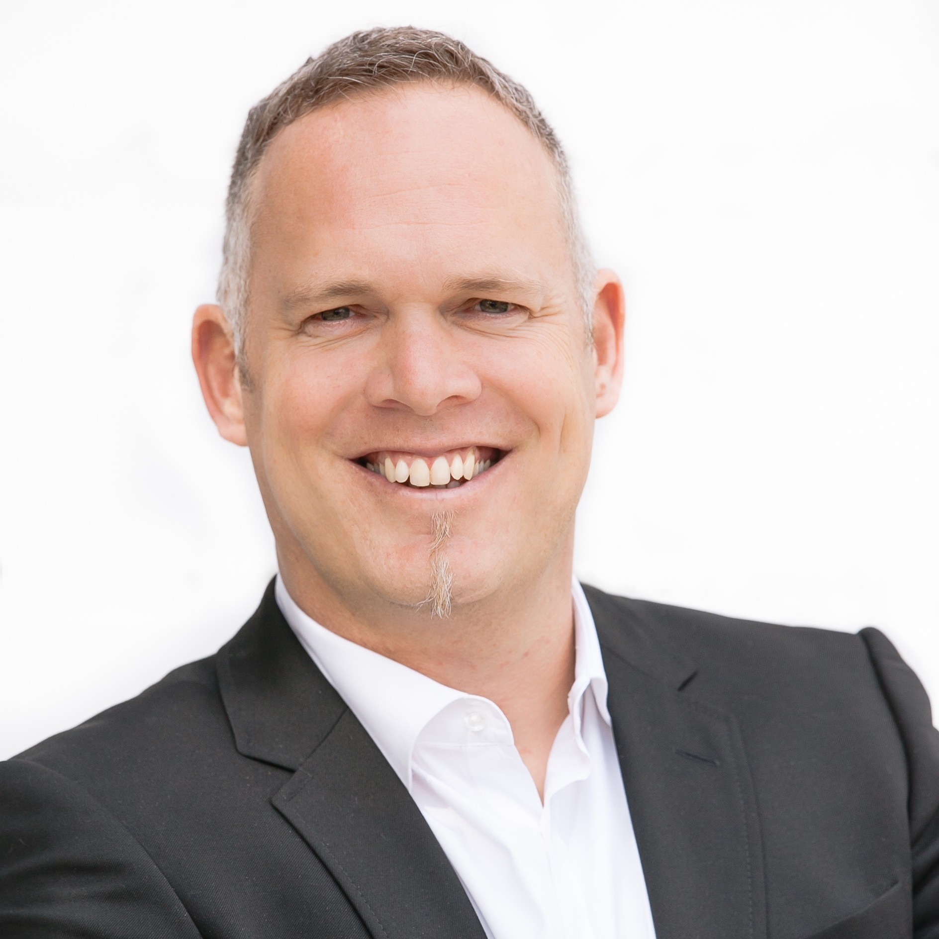 Boris von Bormann - Founder, renu VenturesBoris was an exCEO of Mercedes - Benz Energy, specializing in mobility and energy transformation. He cofound Sonnen, a Unicorn startup in IOT.Boris曾担任梅赛德斯-奔驰能源公司CEO,负责储能系统的发展。曾联合创立物联网独角兽公司Sonnen。