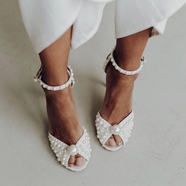 PEARLS aren't just for your grandma anymore. And this classic is certainly making a comeback this wedding season. Check our stories for more. // @jimmychoo (inspired by our sis @buymechanel).