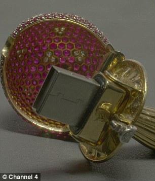 2F5DE0BB00000578-3359559-The_pendant_doubles_as_a_USB_stick-a-17_1450183605635.jpg