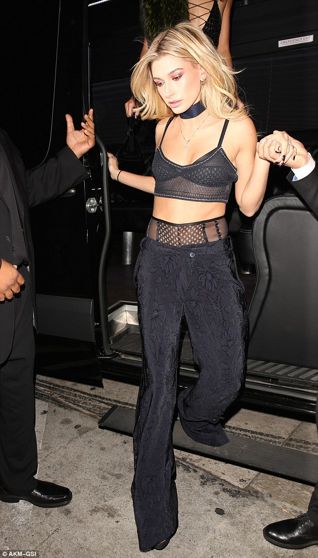 3A02ACF600000578-3900102-Kendall_s_pal_Hailey_Baldwin_also_flashed_some_flesh_in_a_black_-a-104_1478157647339.jpg