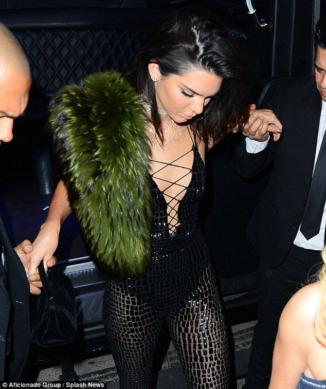 3A029F4D00000578-3900102-Birthday_girl_Kendall_Jenner_celebrated_her_21st_in_LA_Wednesday-m-206_1478151244701.jpg