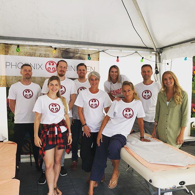 Om under en uke er @oyafestivalen i full sving igjen, og det er vi og 💐@phoenixklinikken har ansvaret for at artistene har det bra, og i fjor gav vi rundt 420 behandlinger over fire dager. Vi har to skift hver dag og er fem på hvert skift. Fortvil ikke det er fortsatt hjelp å få på klinikken, så ikke nøl med å ta kontakt om du trenger oss 😀 Vi er her for deg 🎈 📷bildet er av noen av de som bidro fjor. Takk 🙏🏽 #phoenixklinikken #øyafestivalen