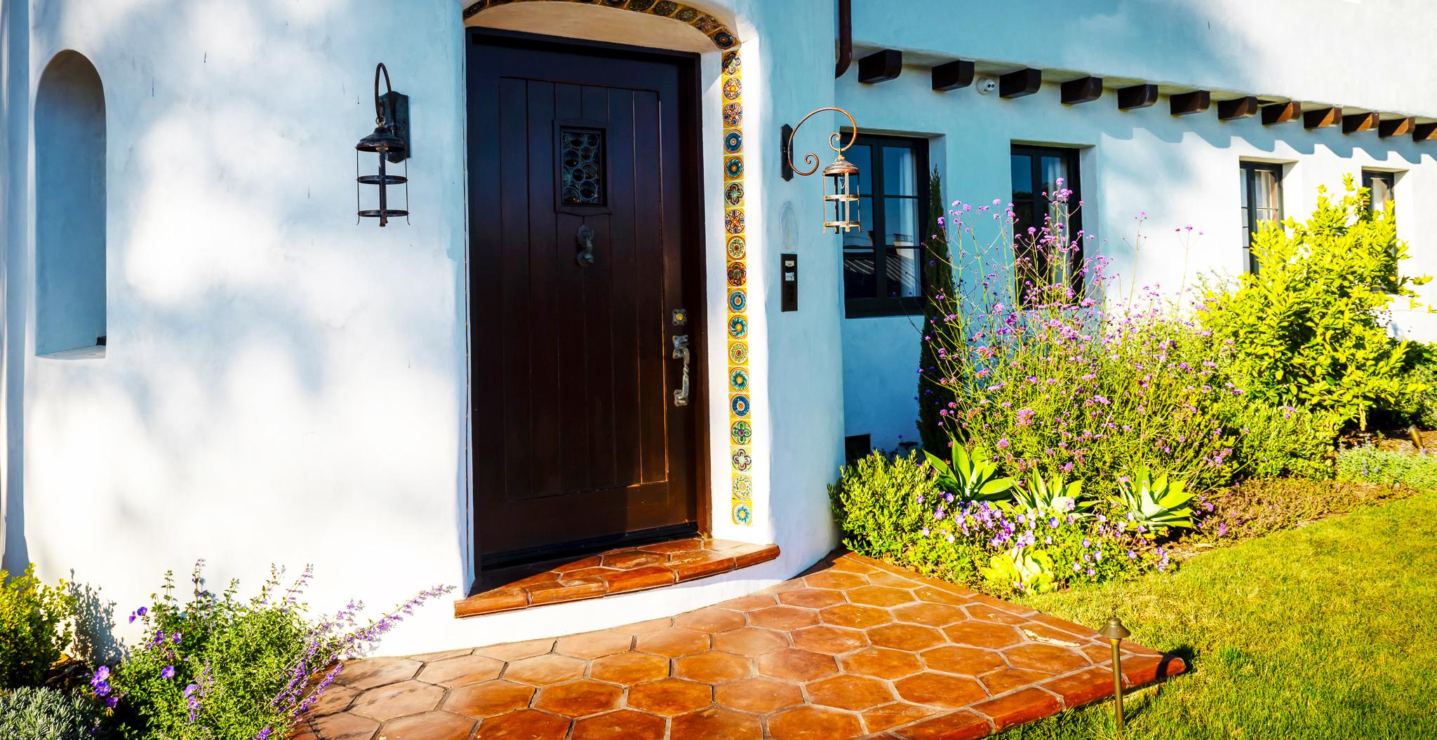 GRAYDONYEARICKARCHITECT.NEANDROSS.Front door with planters.jpg