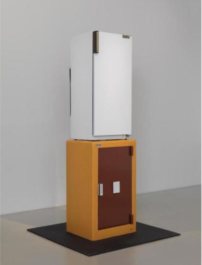 Bertrand Lavier, Brandt / Haffner, Réfrigérateur, coffre-fort, 251 x 70 x 65 cm Poids: 800 kg, 1984. Crédit photographique : © Georges Meguerditchian - Centre Pompidou