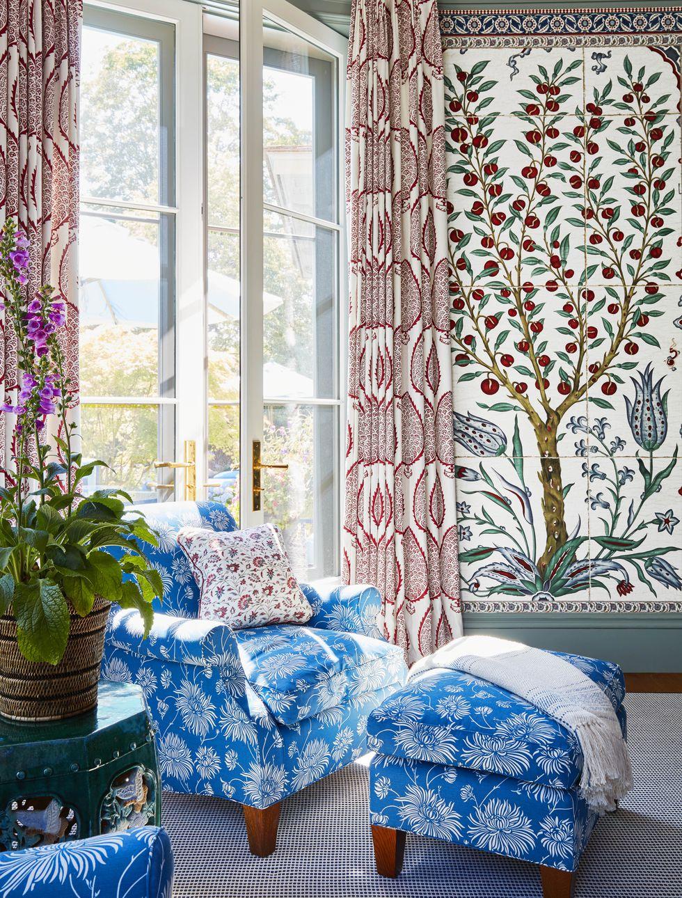 katie-ridder-hamptons-living-room-chair-veranda-1556139406.jpg