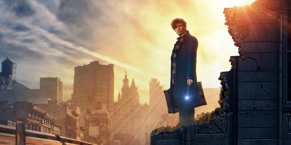 En 1926 Newt Scamander se prepara para iniciar una excursión por todo el mundo en busca de una extraordinaria variedad de criaturas mágicas. Al llegar a Nueva York, para hacer una breve escala, todo parece ir bien, hasta que un muggle llamado Jacob y la fuga de algunas bestias fantásticas de Newt, podrian representar un verdadero problema tanto para la comunidad mágica como para los muggles.