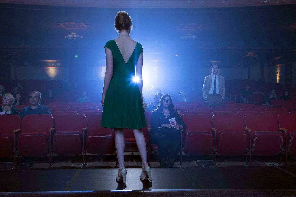 Mia es una de las muchas aspirantes a actriz que viven en Los Angeles en busca del sueño hollywoodiense, se gana la vida como camarera mientras se presenta a montones de pruebas de casting. Sebastian es un pianista que vive de las actuaciones de segunda que le salen, y su sueño es regentar su propio club donde rendir tributo al jazz más puro