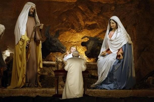 Il Papa in visita al presepe.