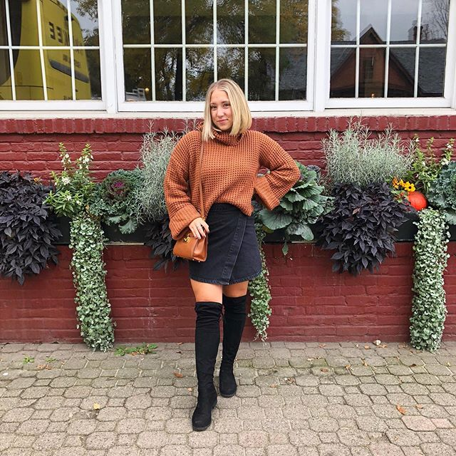 The countdown to this years fall getaway has officially begun T-minus 4 days 📆 so I'm sharing this outfit from last years trip to Stowe, VT with y'all! Even better you can find an identical sweater like mine here, on amazon for 20 bucks! Head to my story's to find it 🙌🏼 Can you guess where I'm off to this year?! Let me know where you think I'm heading & stay tuned to find out our exact destination Friday! 🚗🍂