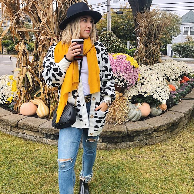 So happy to live in a world where there's October's🍂🎃 Who else adores Fall & all its pretty Fall colors & landscapes like this one 🌻🙋🏼‍♀️ How cauteee is this cheetah sweater from where else but the one and only @amazon - A fun take on the animal print trend this season & oversized and cozy just how we like it🐆 Tap for the deets💛✨