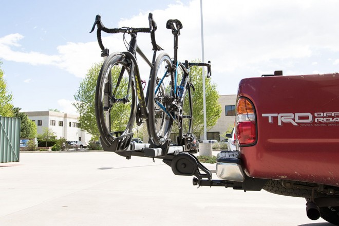 Thule's T2 Pro hitch mount rack installs quickly without tools. Photo: Dan Cavallari | VeloNews