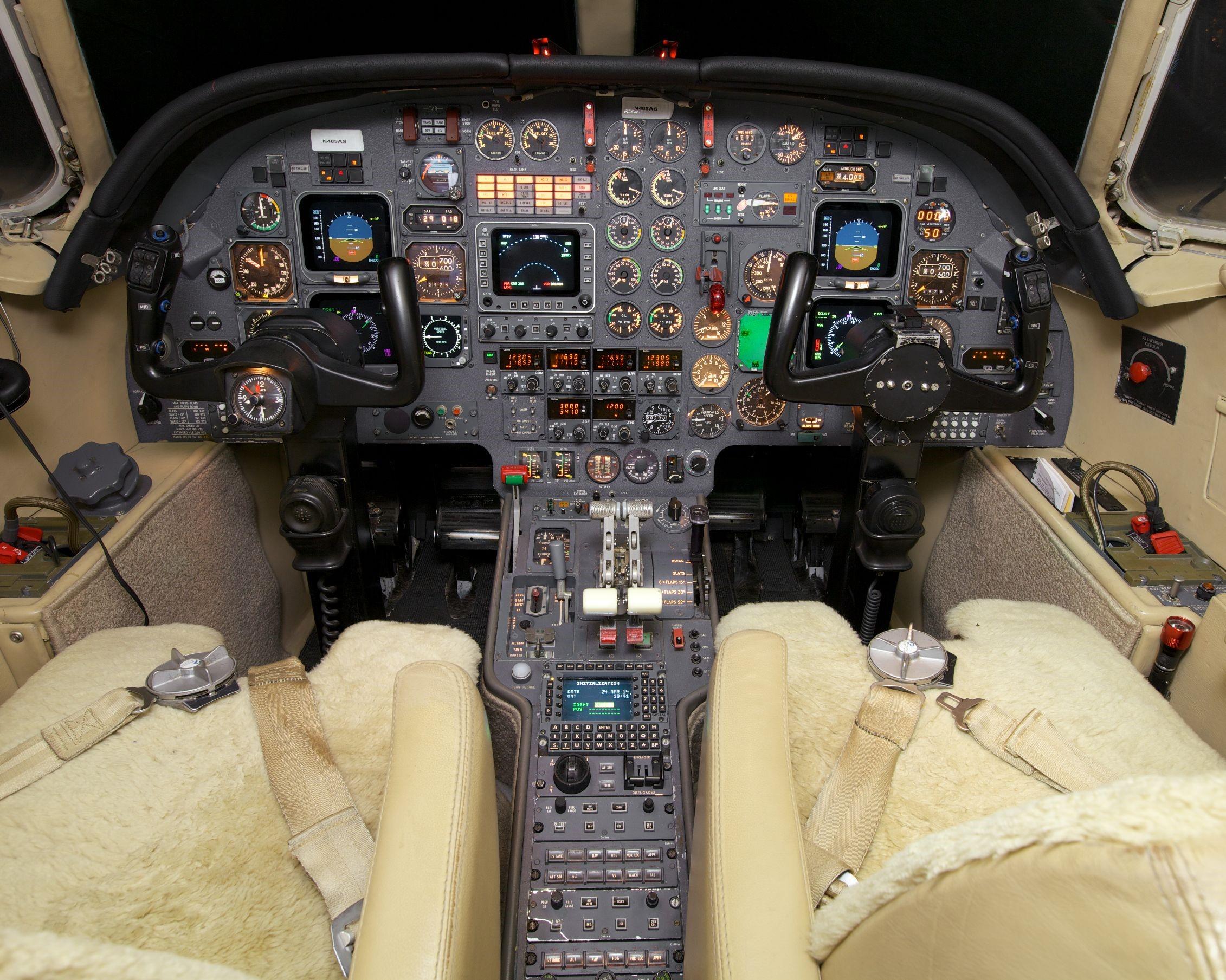 Falcon 100 SN 219 Cockpit 2.jpg