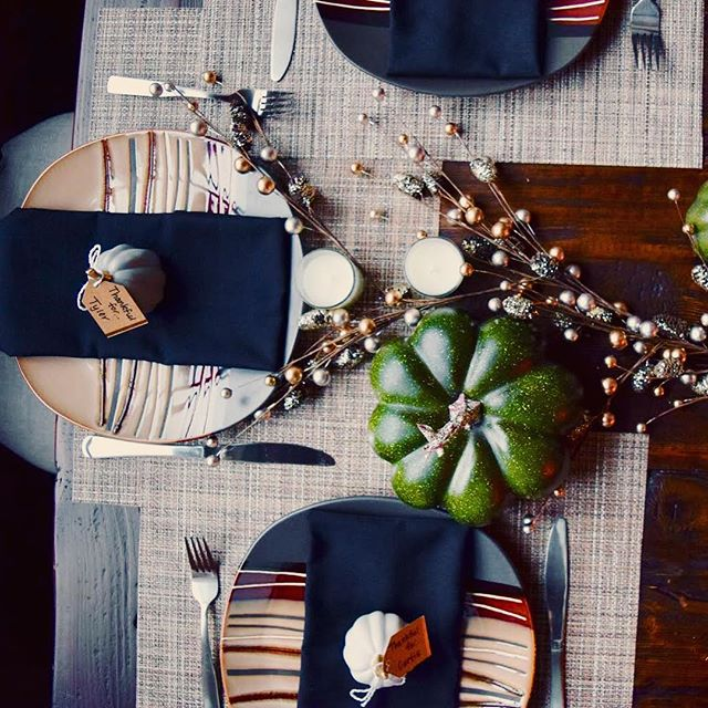 Last minute Thanksgiving tablescape on the blog today for all those still wondering how to decorate for Thursday! Quick, budget-friendly, and obviously includes just a touch of glitter ✨ Head over to the blog for links to everything shown here! #stylesangria #stylesangriahome  www.stylesangria.com