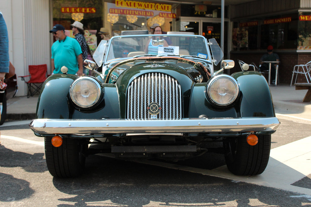 a picture of the front of a vintage car