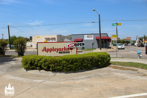 a picture of the outdoor applejacks liquor sign