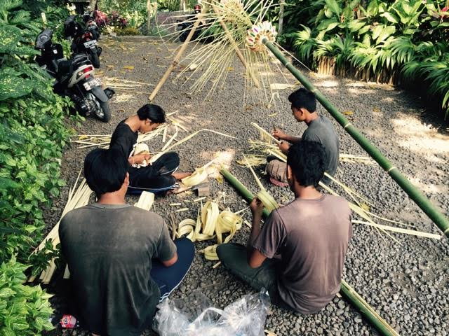 making the penjor.jpg