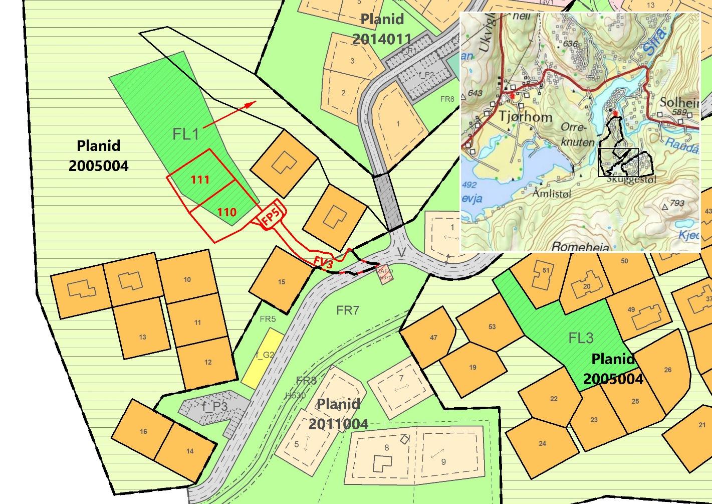 Fig 2: Nye elementer i sør vist med rødt omriss. Dette omfatter tomtene 110-111, vei FV3 og p-areal FP5. Rød pil viser flytting av berørt lekeareal. Det gjøres oppmerksom på at eksisterende vei innenfor tilgrensende plan 2011004 ligger noe lenger mot sør enn det som fremgår av kartet.